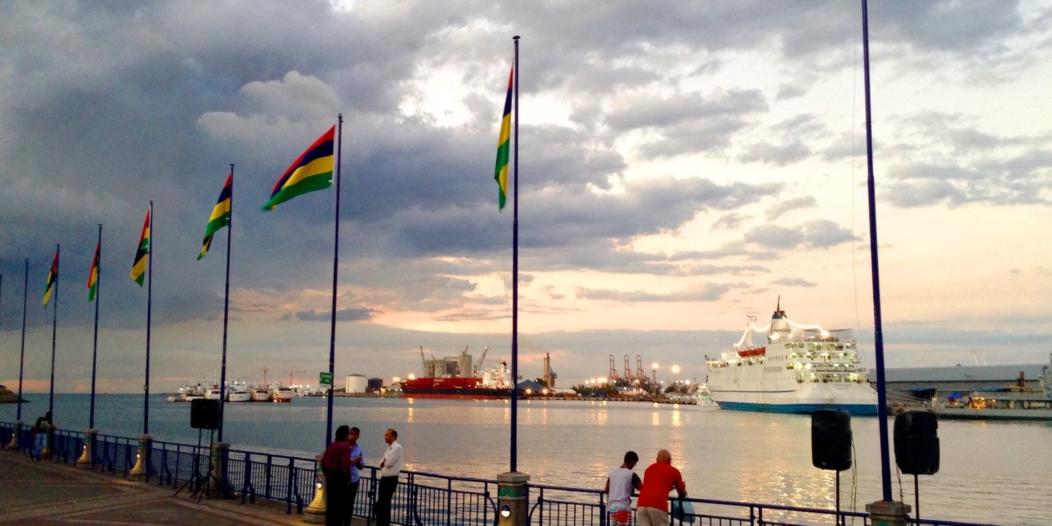 Le drapeau de Maurice en fa ce du port au cardan Waterfront, Port-Louis