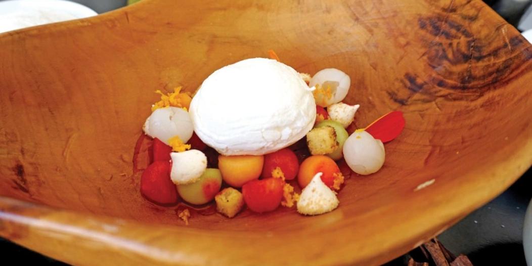 Crème pâtissière aux fraises et aux litchis frais, meringue pochée et masala croquant