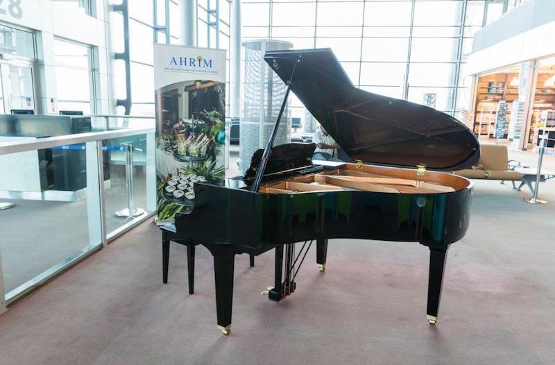 Quand les notes de piano résonnent à l'aéroport SSR