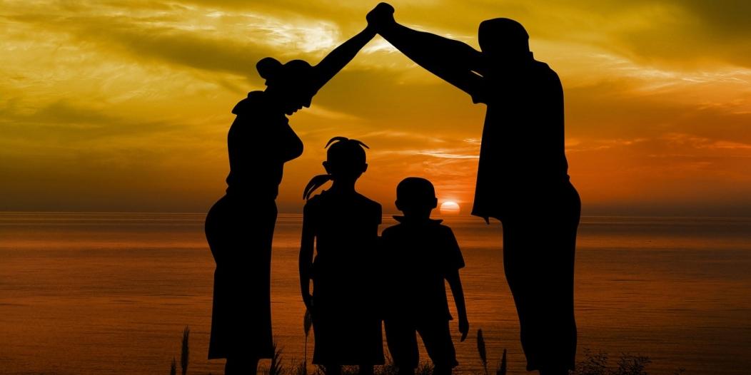 Famille, coucher du soleil