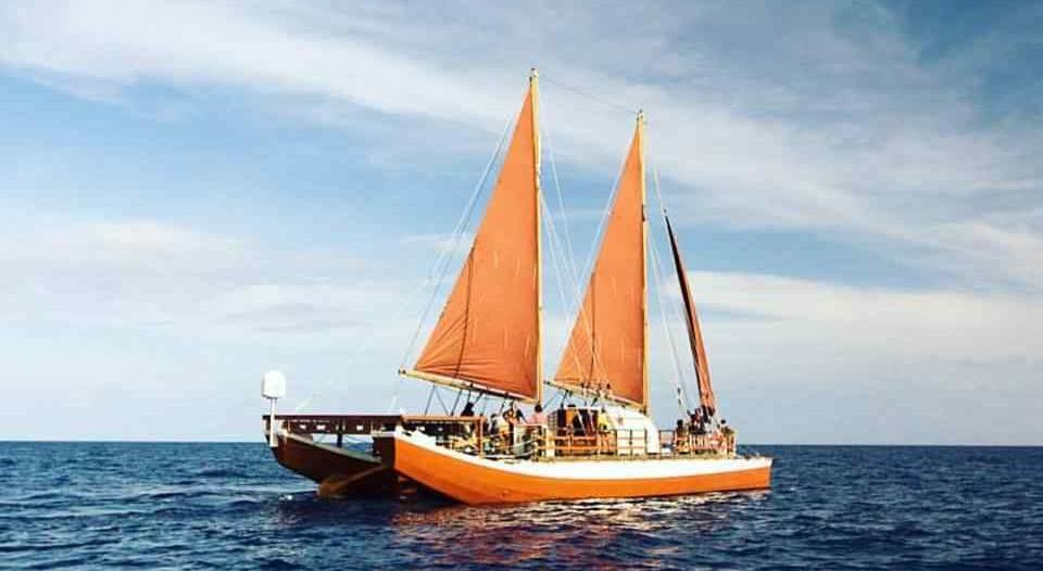 Une pirogue traditionnelle polynésienne de passage à Maurice